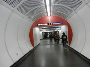 Wien 4 Durchgang von U-Bahn 1